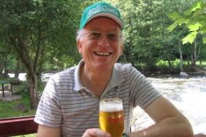 "Елис Шуман с чаша бира ""Загорка"""
